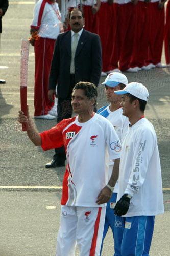 伊斯兰堡站第一位火炬手巴前曲棍球世界冠军赛义夫拉·汗